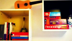 L'angolo con libri, giochi e un curioso ukulele giallo