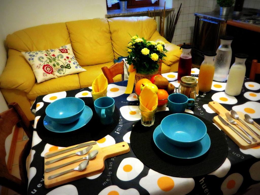 In cucina la tavola è apparecchiata per la colazione